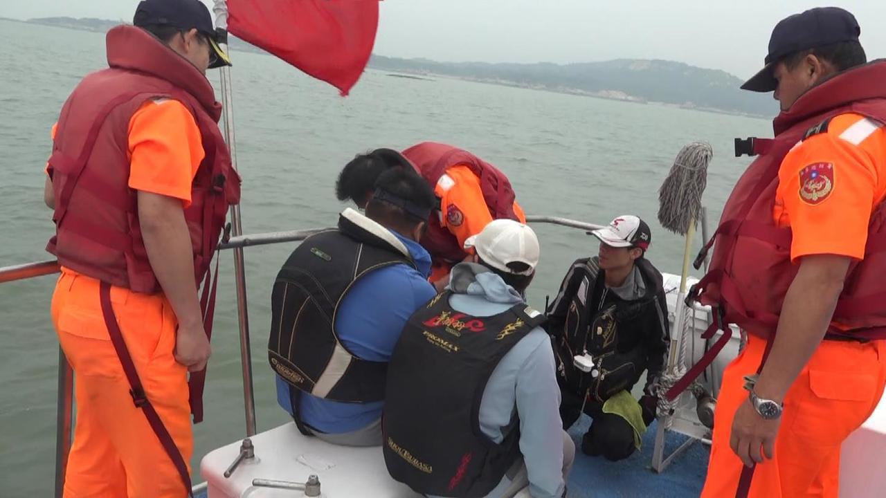 3名陸籍釣客今天搭漁船越界到草嶼島上釣魚,遭海巡人員查獲。圖/海巡署第十二巡防區