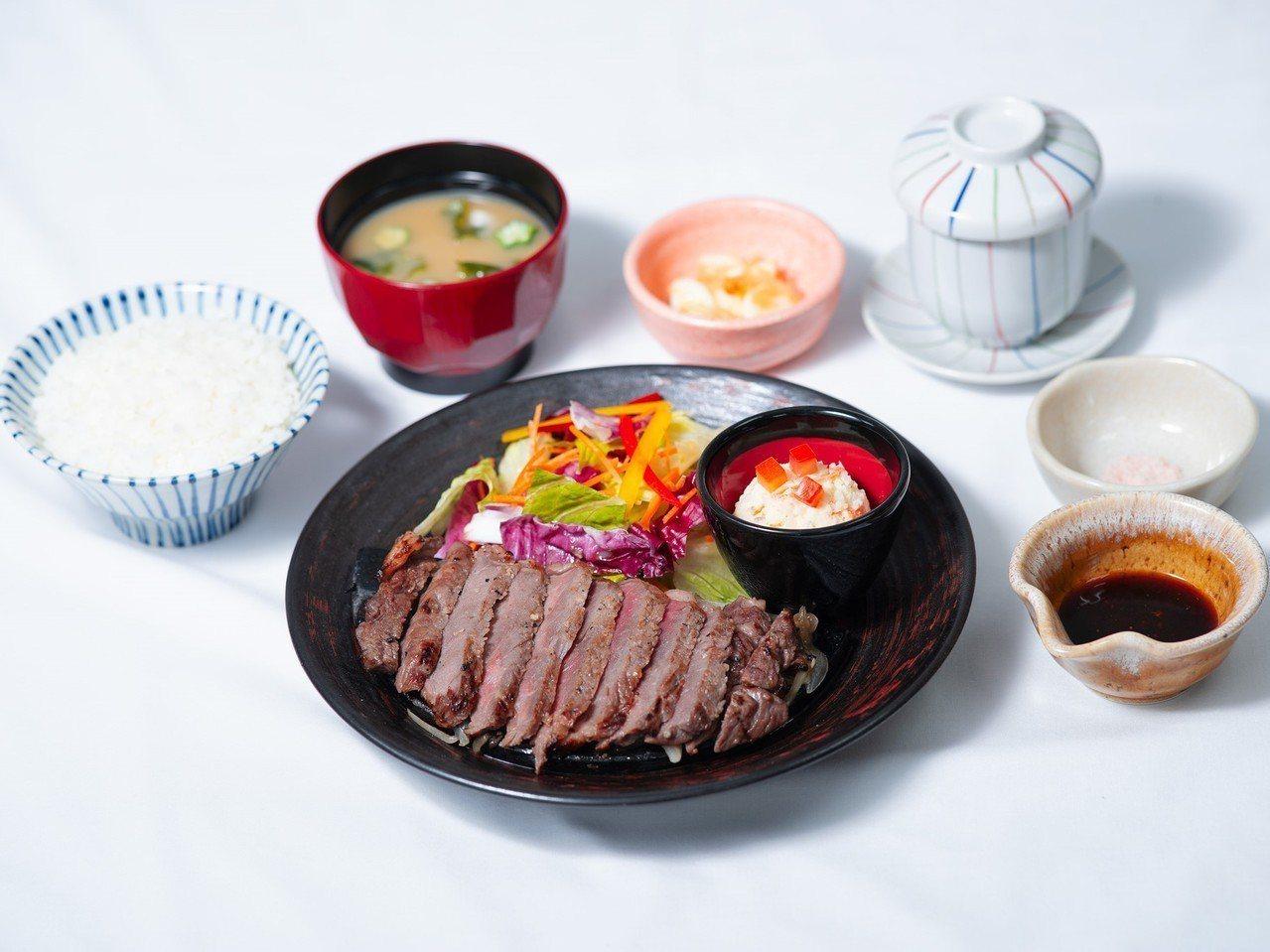 大戶屋新推出期間限定的「炭烤肋眼牛排定食」,每份450元。圖/大戶屋提供