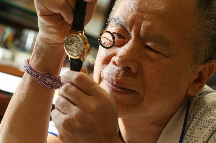 台灣骨董表協會創會理事長王進龍分享鏤空雕刻鐘表的鑑賞重點。記者陳立凱/攝影