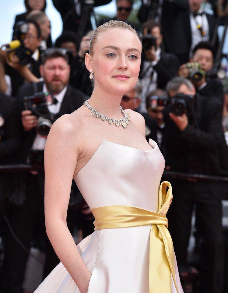 演員之一達科塔芬妮配戴蕭邦珠寶紅地毯系列獲公平採礦系列黃鑽鑽石珠寶出席首映會紅毯...