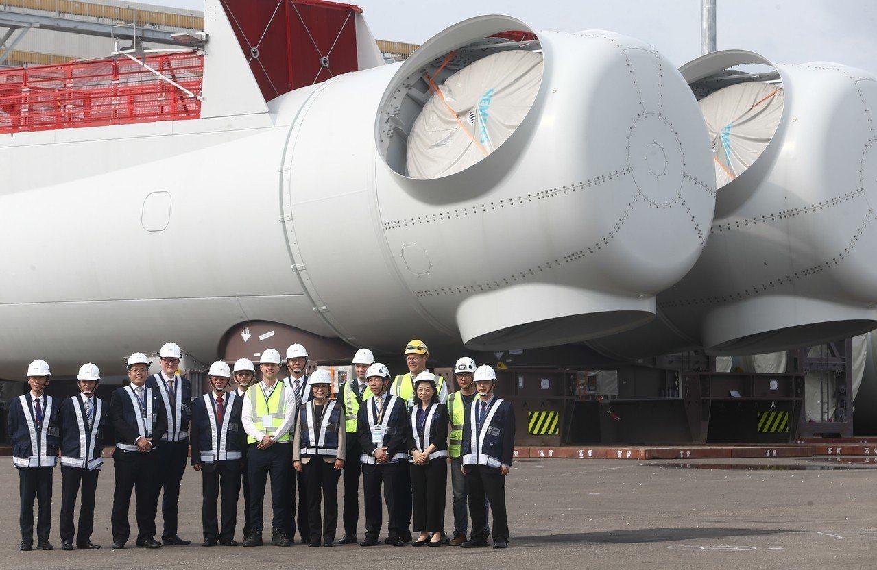 總統蔡英文今天到台中港2號碼頭,視察海洋風電建造工程進度。記者黃仲裕/攝影