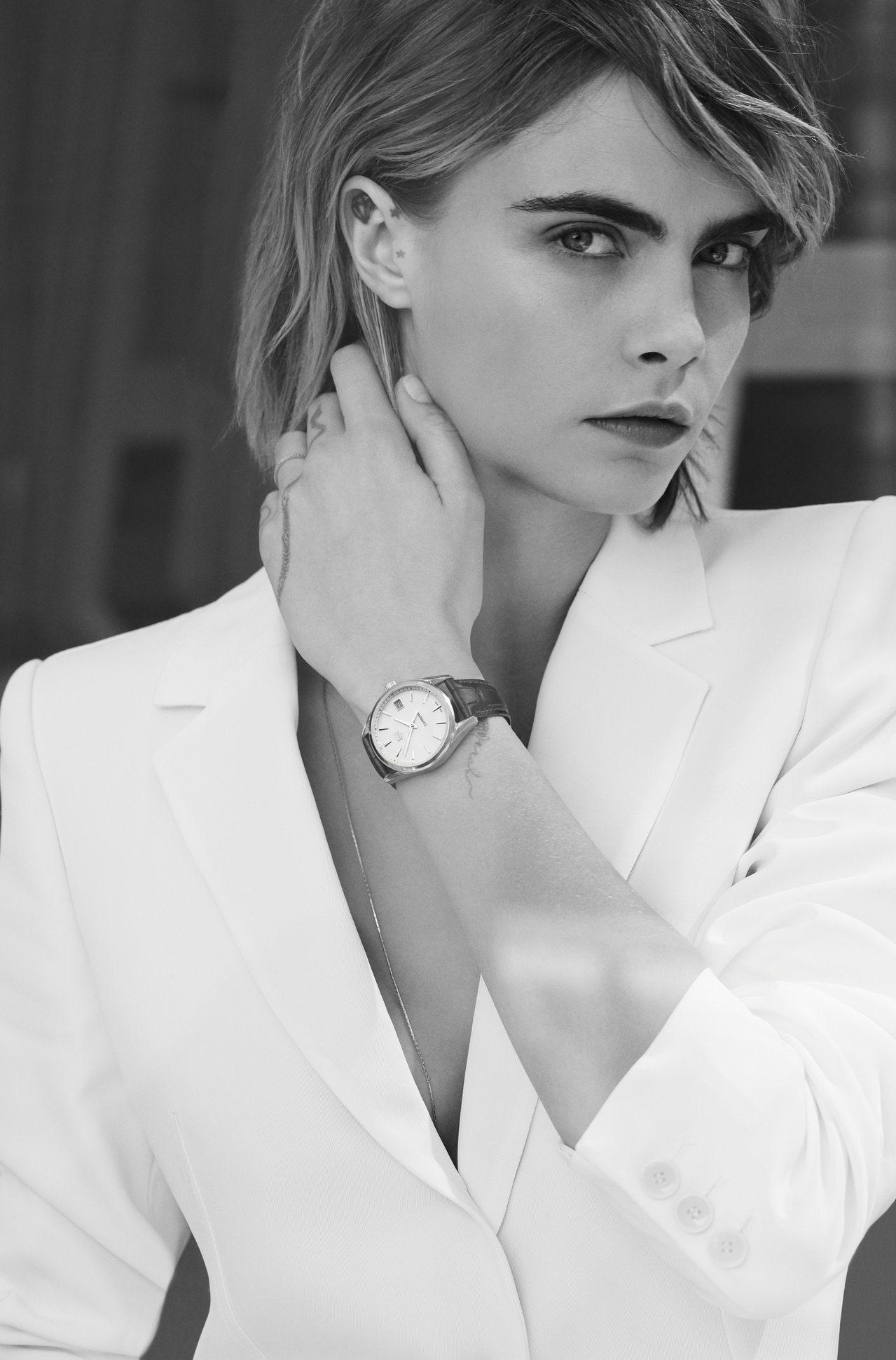 超模卡拉迪樂芬妮演繹泰格豪雅全新Carrera Lady腕表,形象照帥氣逼人。圖...