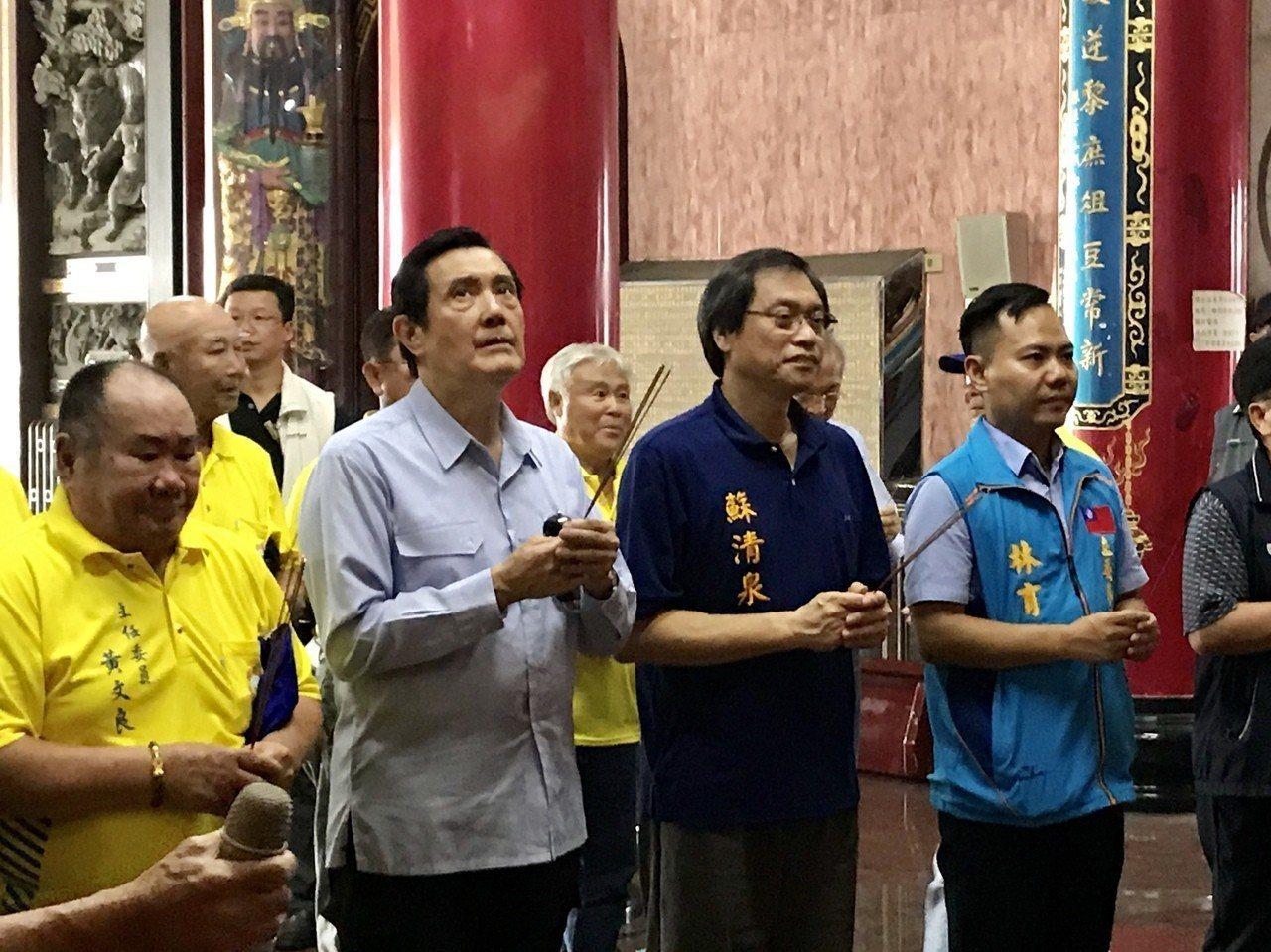 馬英九今日造訪小琉球,參拜三隆宮三府千歲,眼神不斷向上飄。記者江國豪/攝影
