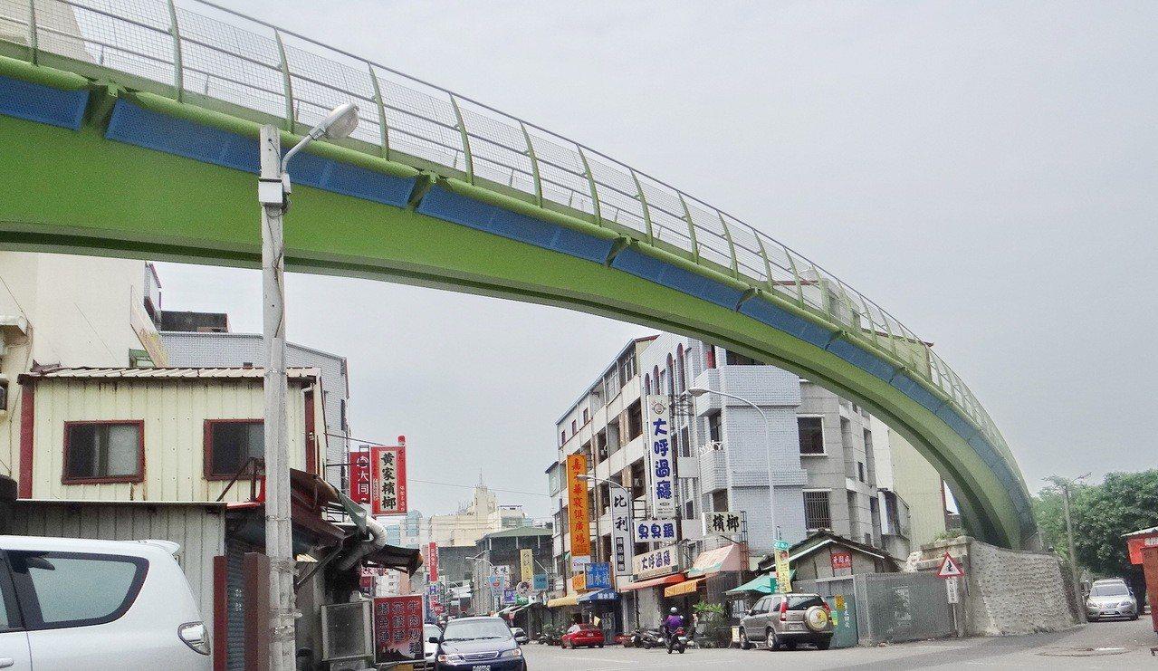 利用穿越市區的台糖舊鐵道改建的天空之橋曾獲國際建築獎,成為網紅景點。記者蔡維斌/...