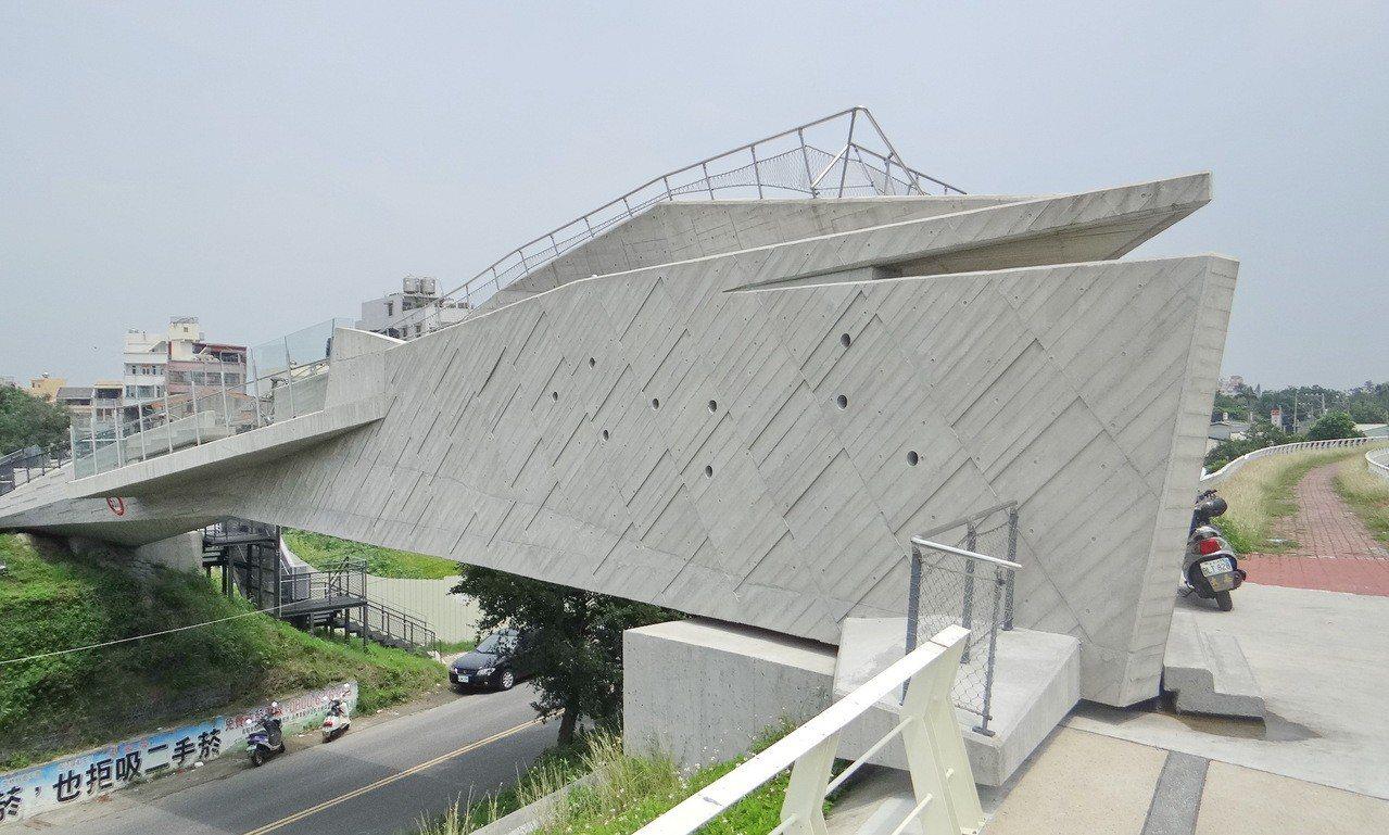 利用台糖舊鐵道改建的天空之橋曾獲國際建築獎,成為網紅景點。記者蔡維斌/攝影