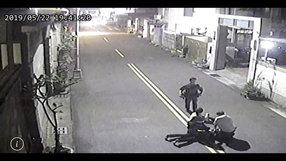 男子昨晚入侵民宅被魏志軒等人發現,魏志軒協助警方將男子制伏在地。記者姜宜菁/翻攝