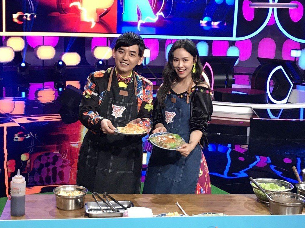 黃子佼(左)做炸臭豆腐,吳姍儒現煎蚵仔煎,各自端出好菜。記者葉君遠/攝影