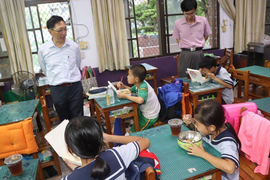 教育局長吳榕峯詢問中芸國小參加課輔的學童。圖/高雄市教育局提供
