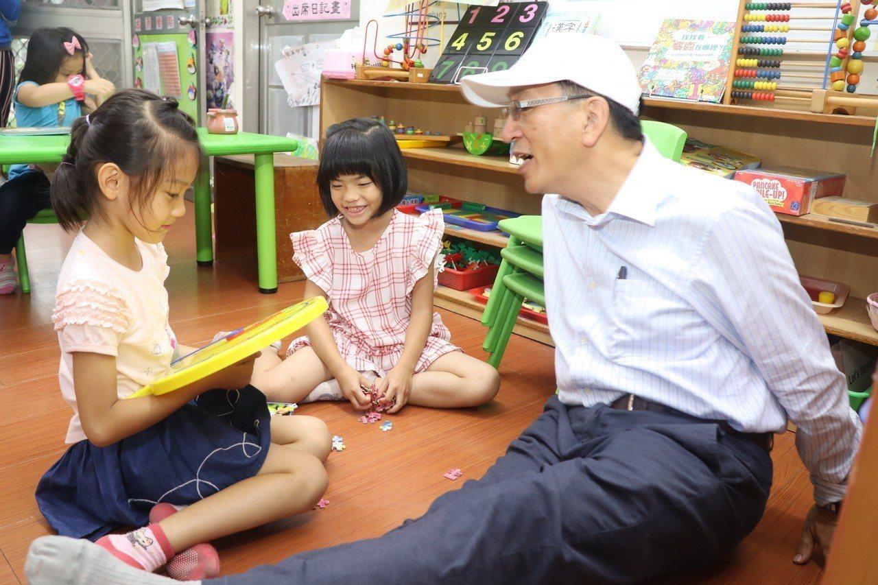 教育局長吳榕峯親切地與小朋友交談。圖/高雄市教育局提供