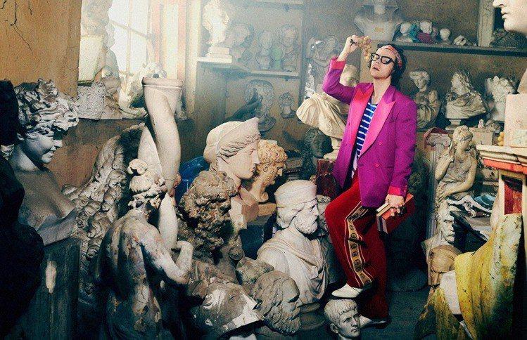 Harry Styles身穿早秋系列設計,並以運動風格長褲、頭巾等單品混搭,配上...