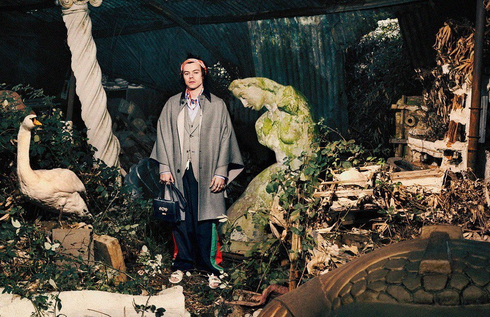 Harry Styles不愧是「寵物男孩」,延續前幾季接連抱著公雞、小羊等動物入...