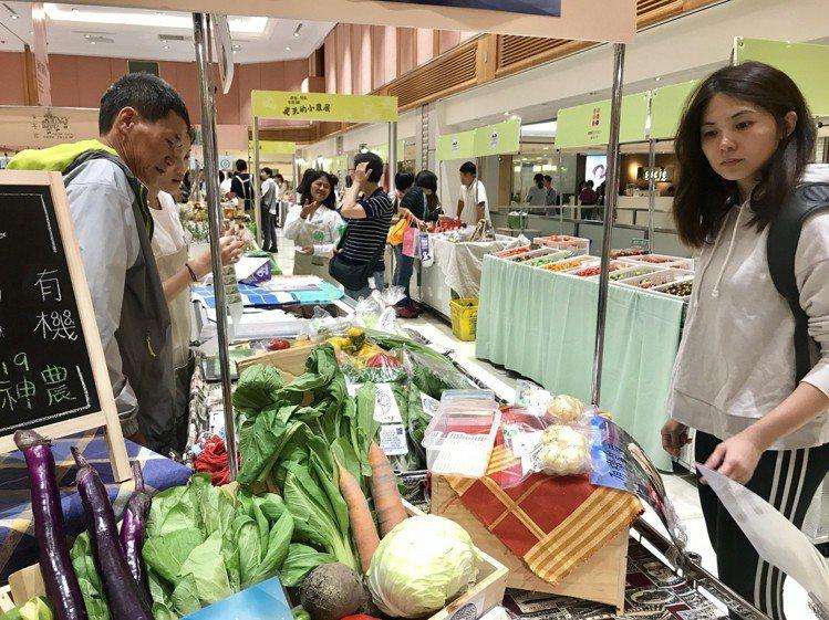 台灣消費者對在地小農品牌的喜好越來越明顯,願意花錢支持買安心食材。記者江佩君/攝...