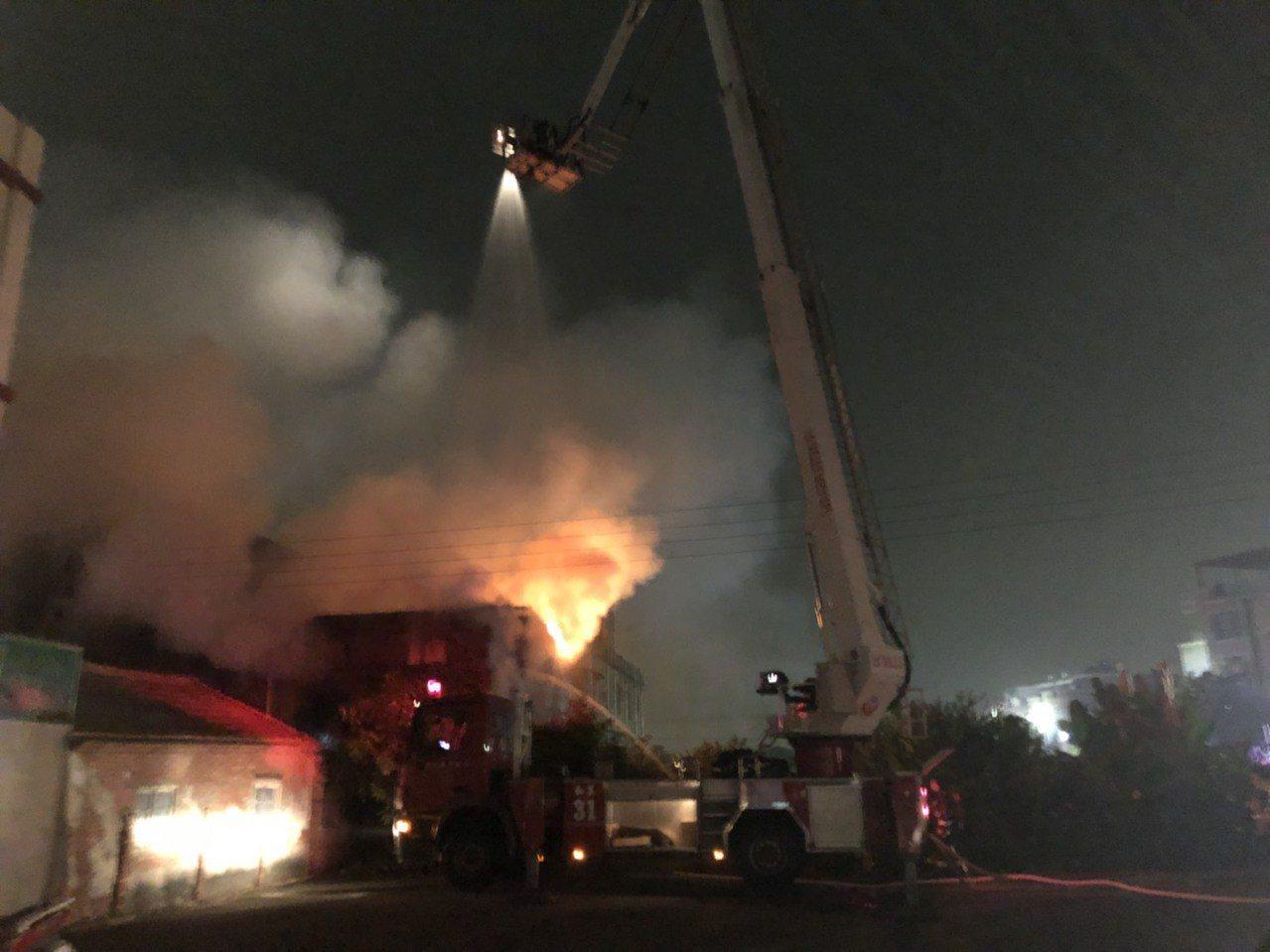 彰化縣和美鎮雅安路一家水龍頭工廠今晚7點20分發生火警,現場竄出大火及濃煙,消防...