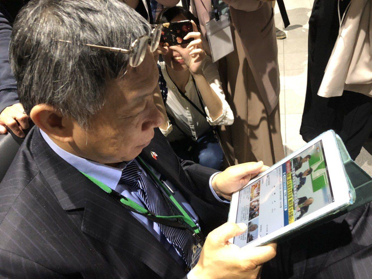 台北市長柯文哲趁著候車的空擋,就拿出平板電腦猛看,不是在看資料,就是在看新聞,除...