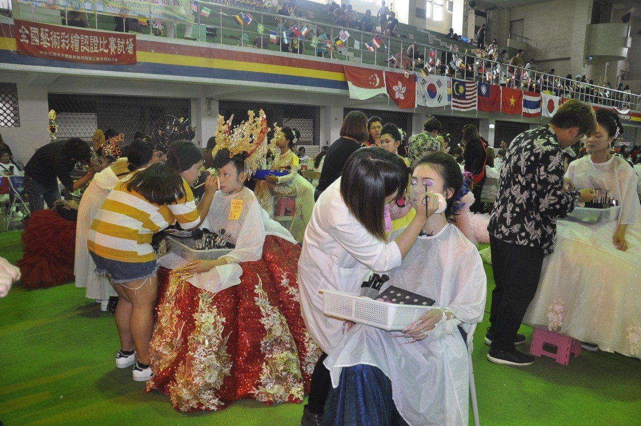 創意彩妝組有外國選手參賽,有很濃的異國情調。圖/建國科大提供