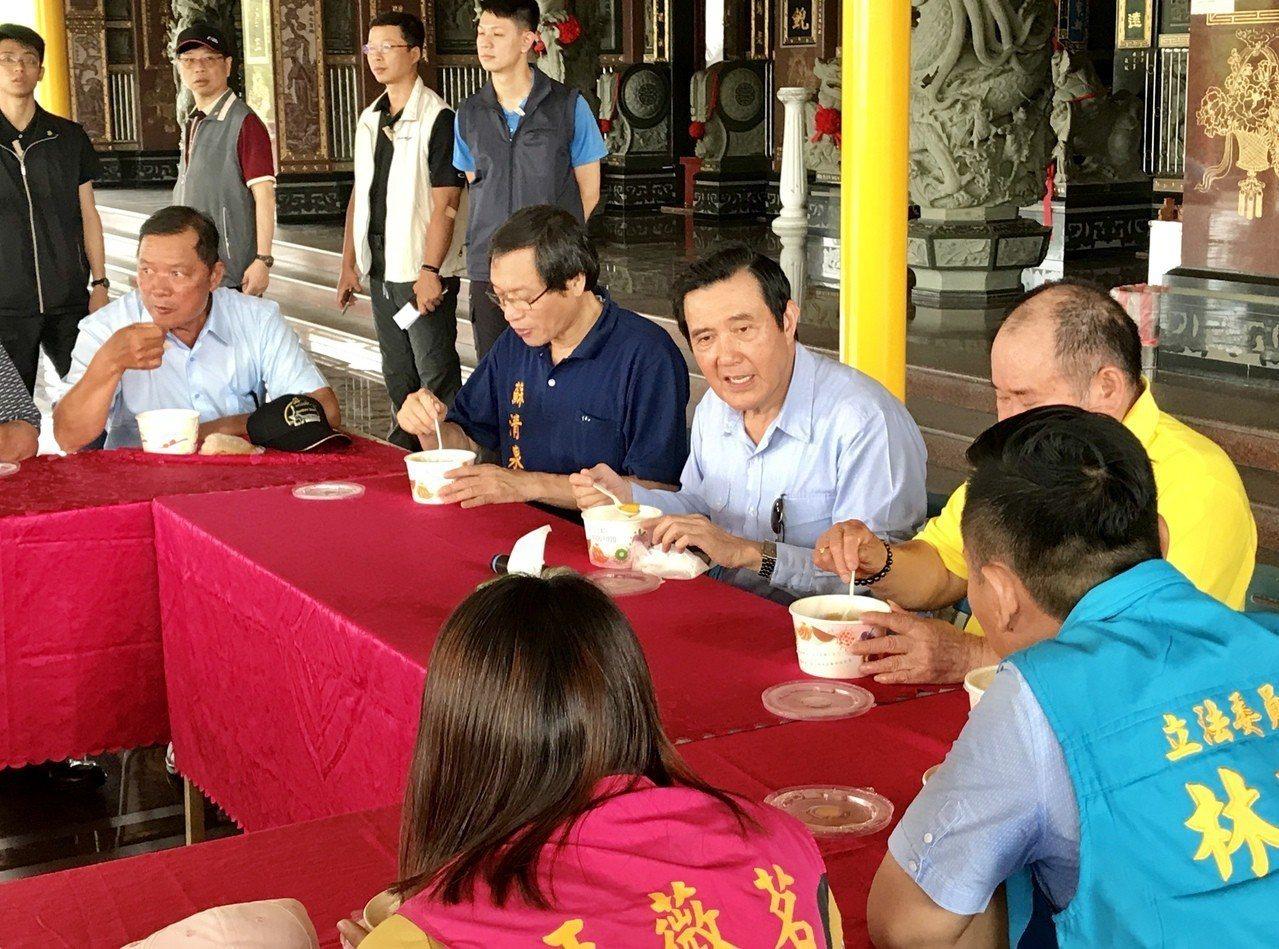 前總統馬英九今日造訪小琉球,並前往三隆宮參拜,廟方特別準備「花媽」芒果冰招待,讓...