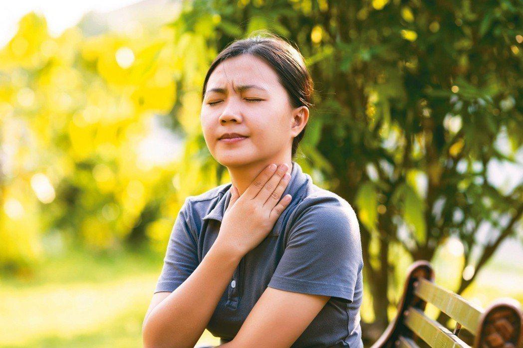 喉嚨卡卡有異物感,不見得就是胃食道逆流,也可能是壓力沉重所引起。 圖/123RF