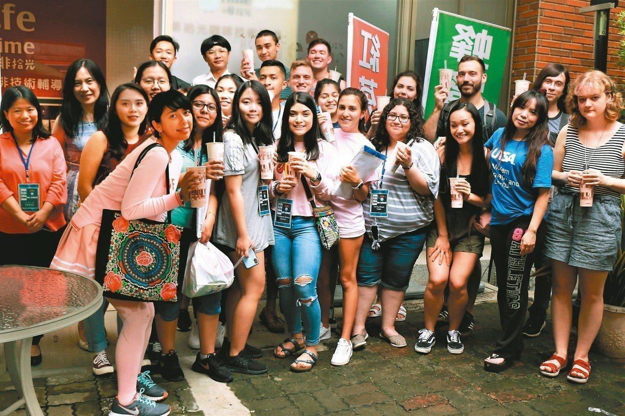 德州大學聖安東尼奧分校學生參加朝陽科大華語文體驗營,並DIY珍珠奶茶,感到十分有...