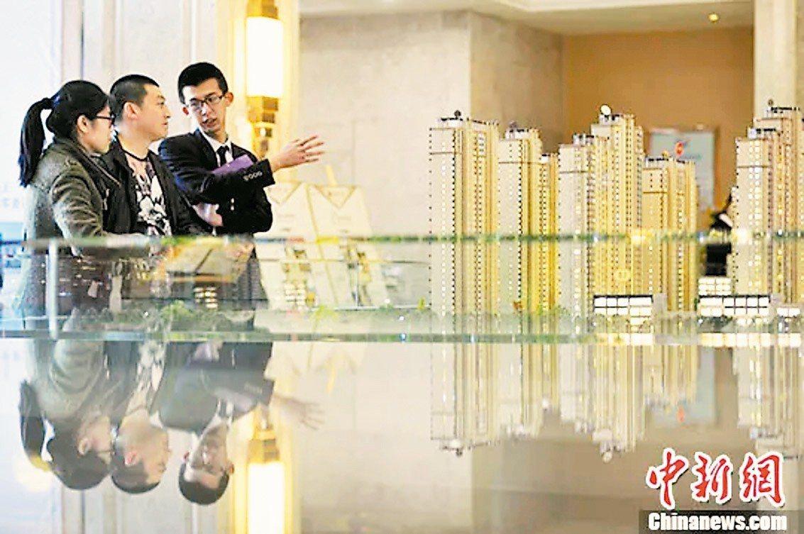 房地產藍皮書預測大陸房價今年漲勢不斷,圖為銷售人員向民眾推薦商品房戶型。 中新社
