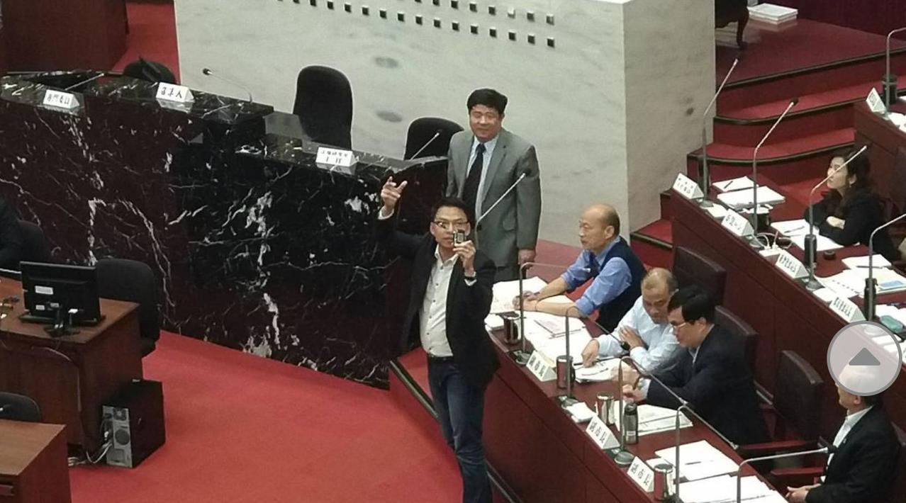 民進黨高市議員黃文益日前質詢時,拿酒測器送高雄市長韓國瑜。 圖/聯合報系資料照片