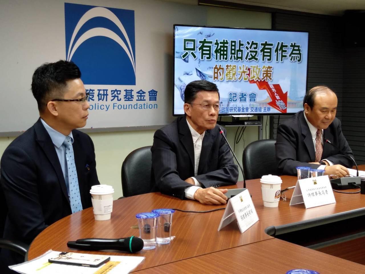 國家政策基金會開記者會,要求政府要有長遠的觀光政策。記者董俞佳/攝影