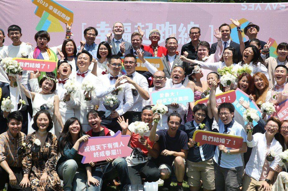 今天台灣開放同婚登記,加拿大經貿辦事處、歐盟經貿辦事處、台北市府為給同性伴侶祝福在信義區舉行《幸褔起跑線Wedding Party》活動,現場20餘隊新人喜氣洋洋,迎接新婚生活。 記者曾吉松/攝影