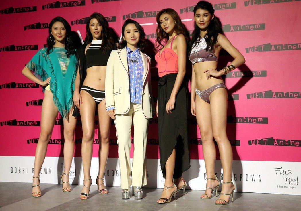 陶晶瑩(中)出席加州品牌泳裝展演時尚音樂秀。記者林俊良/攝影