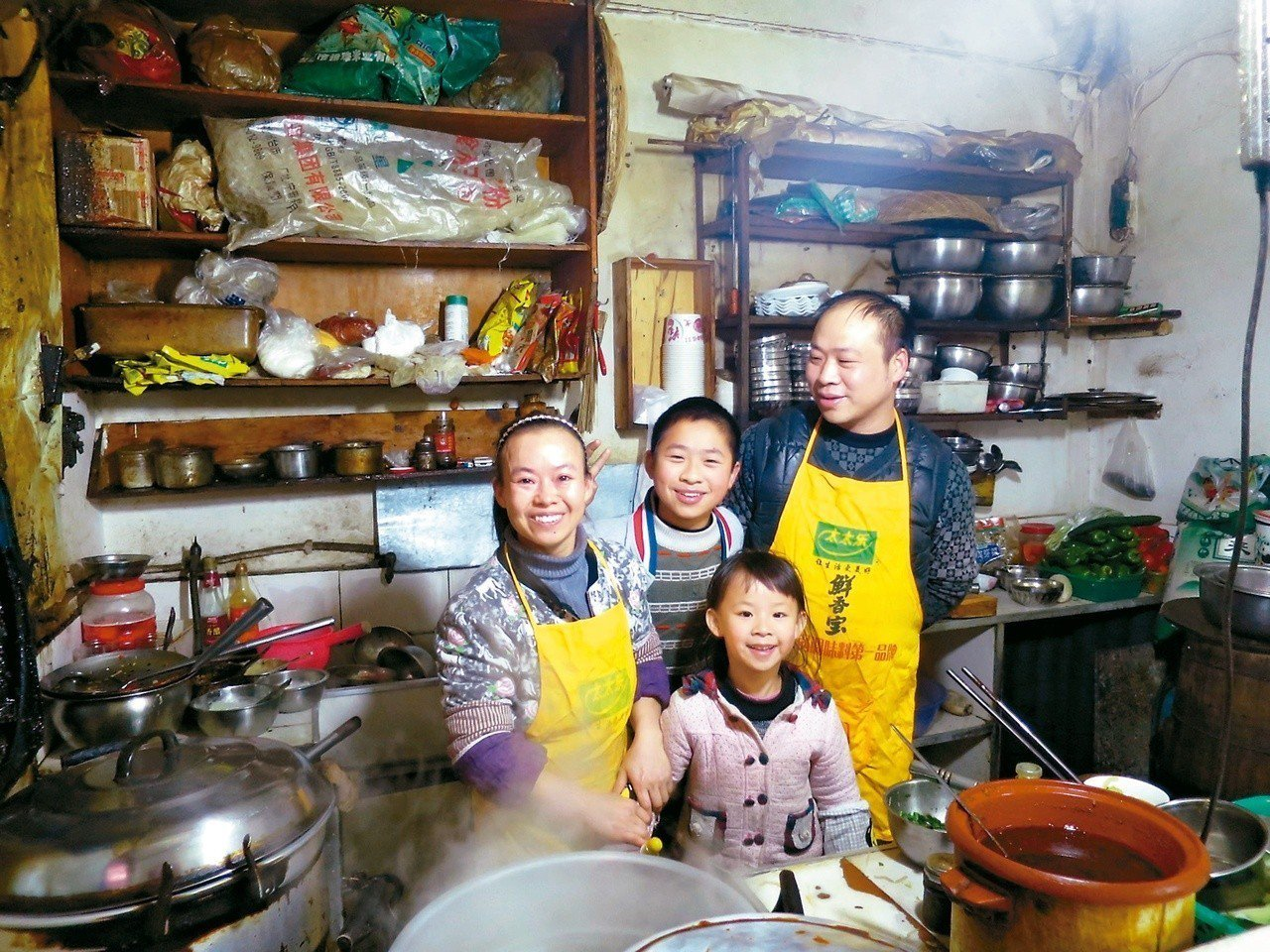 儘管小吃店空間狹小,但一家人窩在一起的滿足笑容,才是最重要的。 攝影/周育如