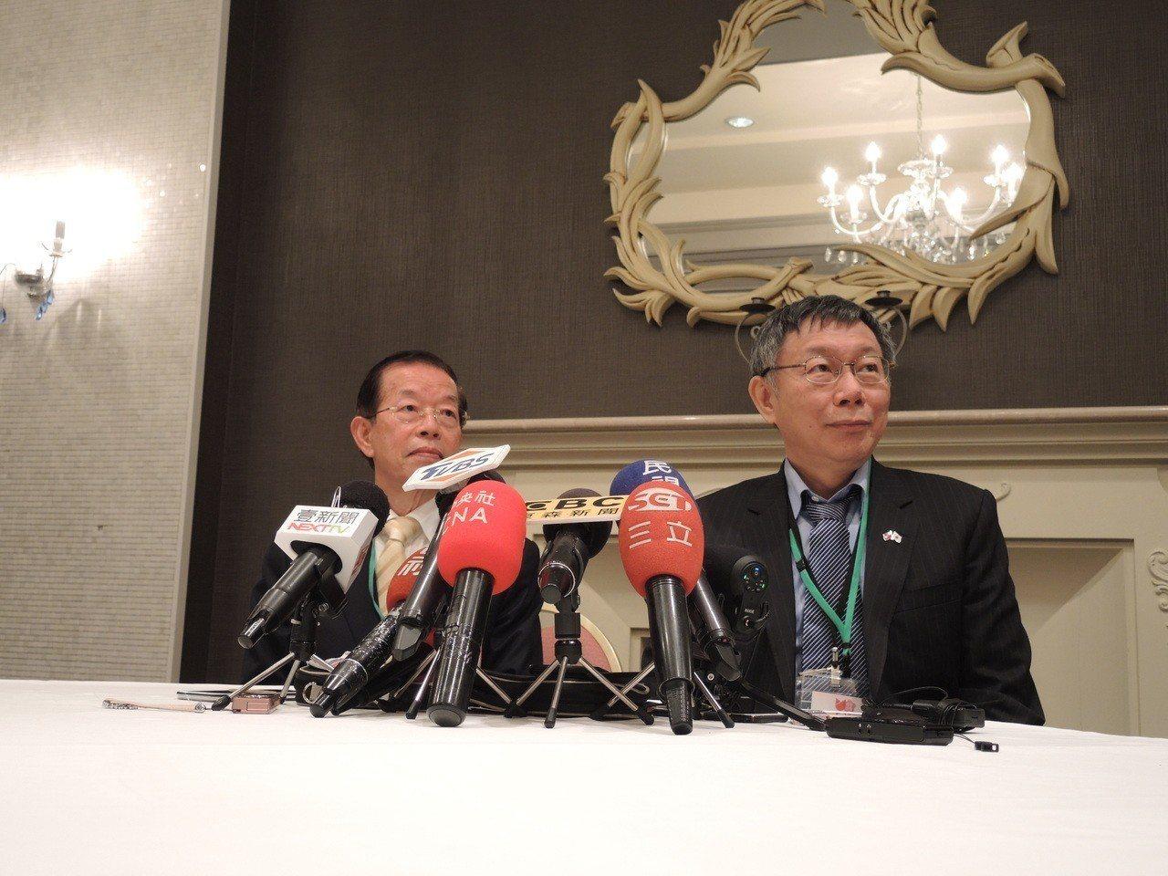駐日代表謝長廷(左)與台北市長柯文哲。記者邱瓊玉/攝影
