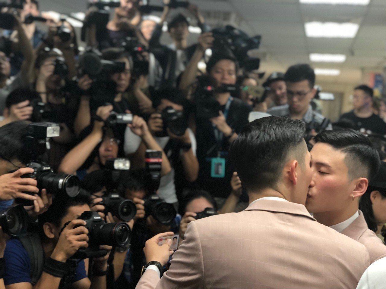 同志辦結婚登記,婚權平台在台北信義戶政所的登記現場,數百家國內外媒體擠得水洩不通...