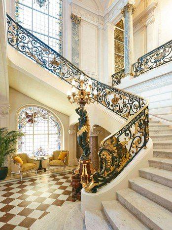 香格里拉充滿歷史氛圍的樓梯。 圖/謝忠道