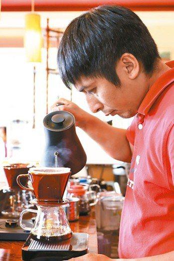 方政倫手沖咖啡給客人品嘗。 攝影/陳立凱
