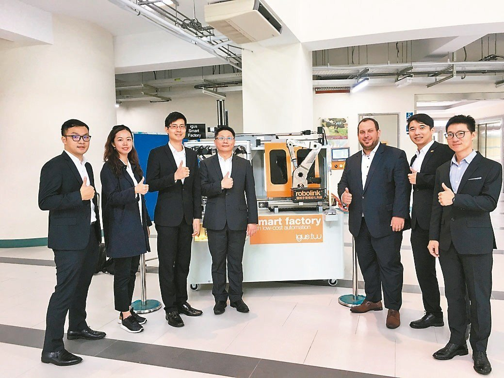 台灣易格斯公司總經理林廣耀(左四起)、德國易格斯公司低成本自動化部產品處長Ale...