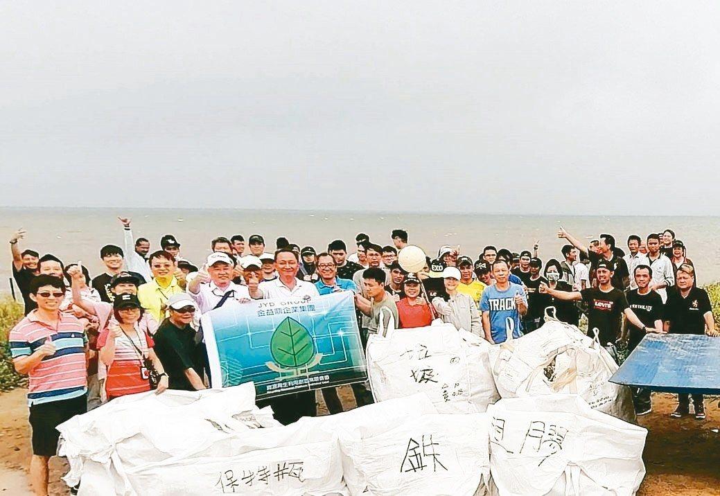 金益鼎企業在總經理莊瑞元及副總莊瑞瑾帶領下,110名員工再度前往新竹市南港海岸淨...