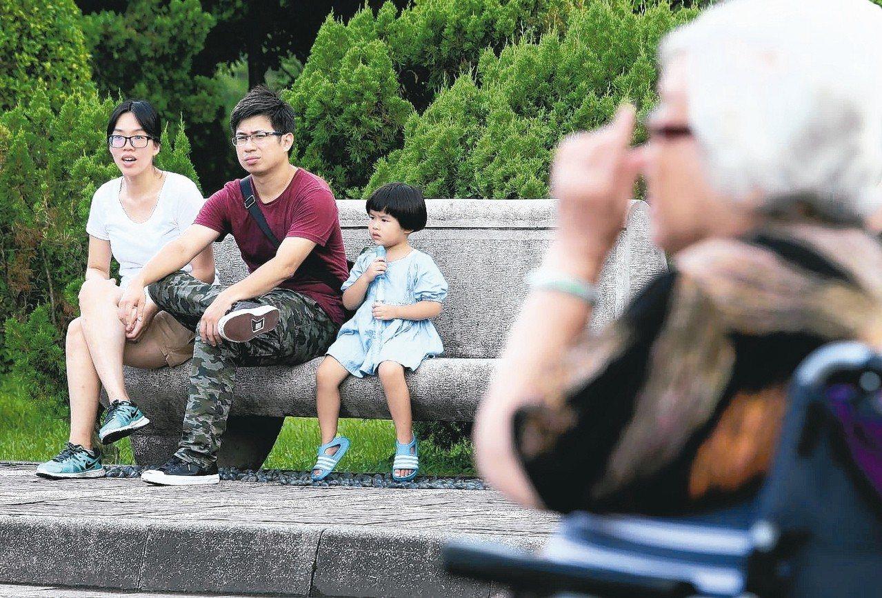 台北國稅局指出,新婚、離婚或分居夫妻5月申報綜所稅時,應注意稅法規定。 本報系資...