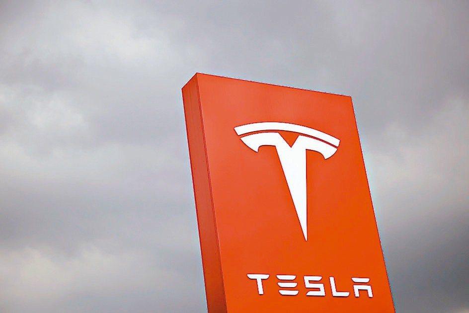 美國「消費者報告」也指出,特斯拉的自駕系統的切換車道功能表現不理想,恐危害車主安...