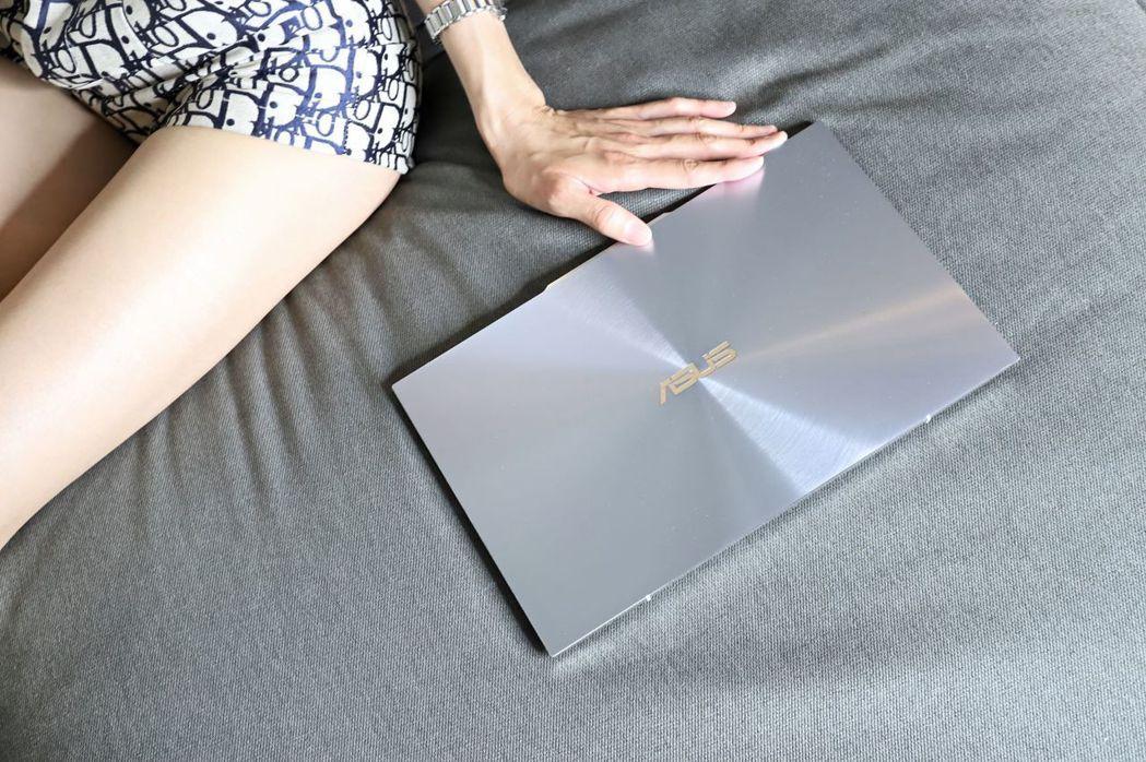 ZenBook S13(UX392)採冰河藍用色,配上鑽石切邊線條相當俐落,外蓋...