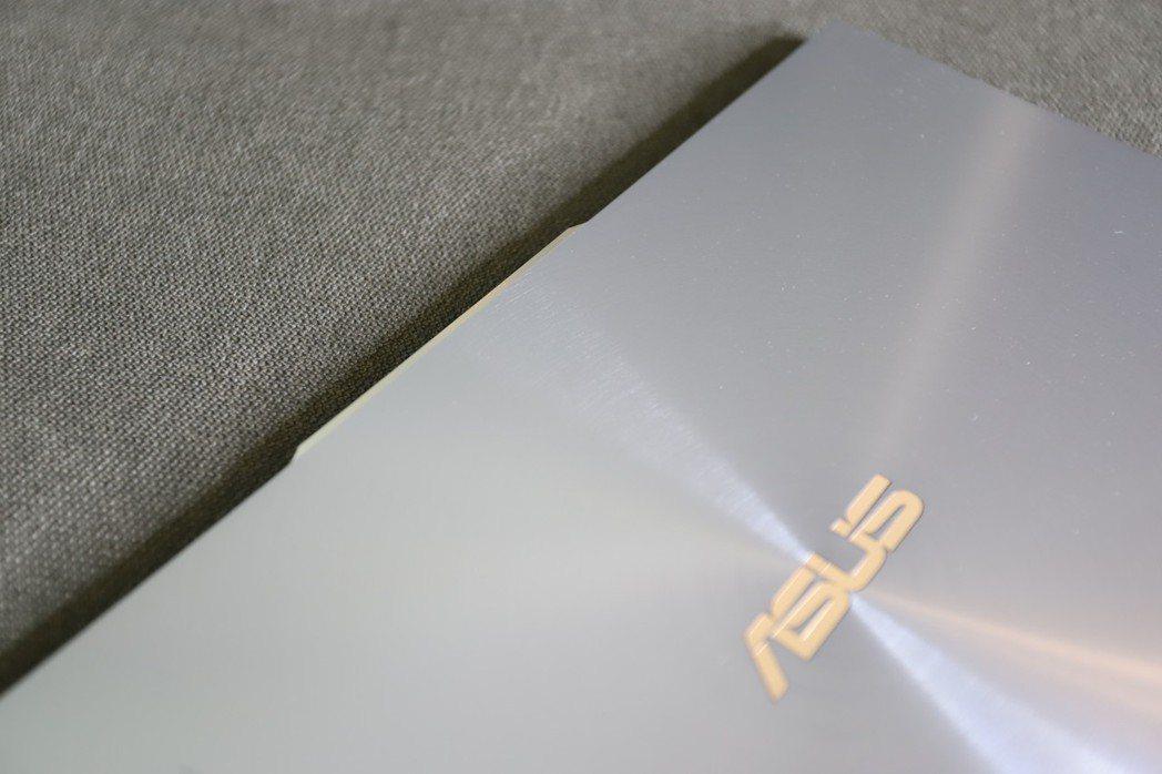 巧妙的以微凸起的外框做為開合筆電之用,毫無違和感的精品設計。 彭子豪/攝影
