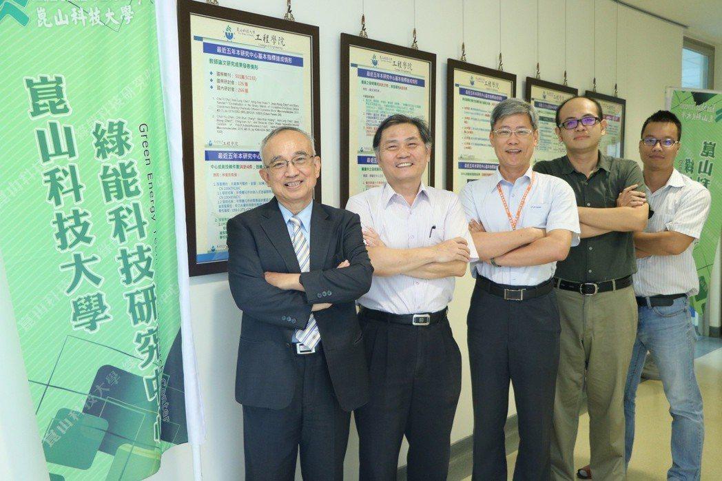蘇炎坤講座教授(左)與綠能科技研究中心團隊合影。 洪紹晏/翻攝