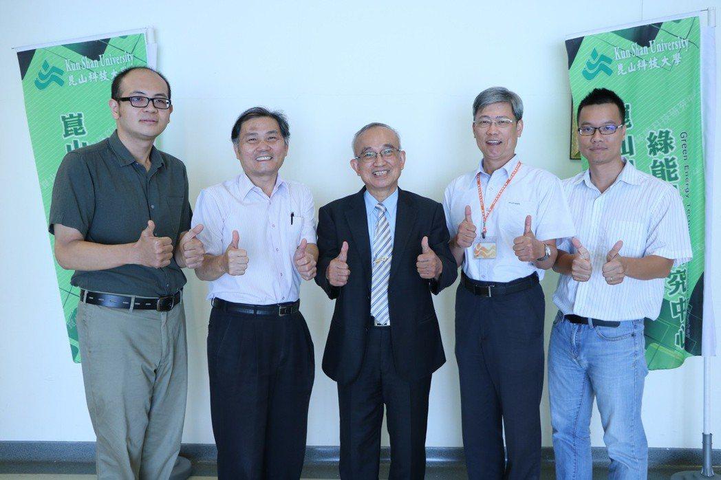 蘇炎坤講座教授(中)榮獲IEEE終身會士殊榮 洪紹晏/翻攝