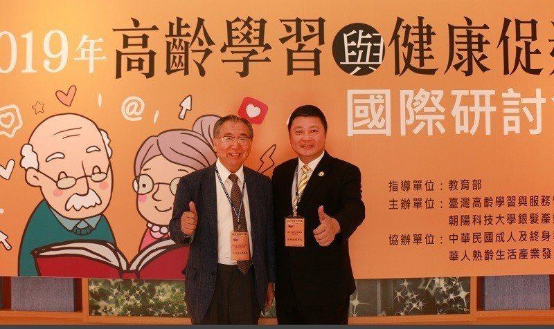 NPO法人日本身心機能活性運動療法指導士會理事長小川真誠(左)受邀至朝陽科大,與...