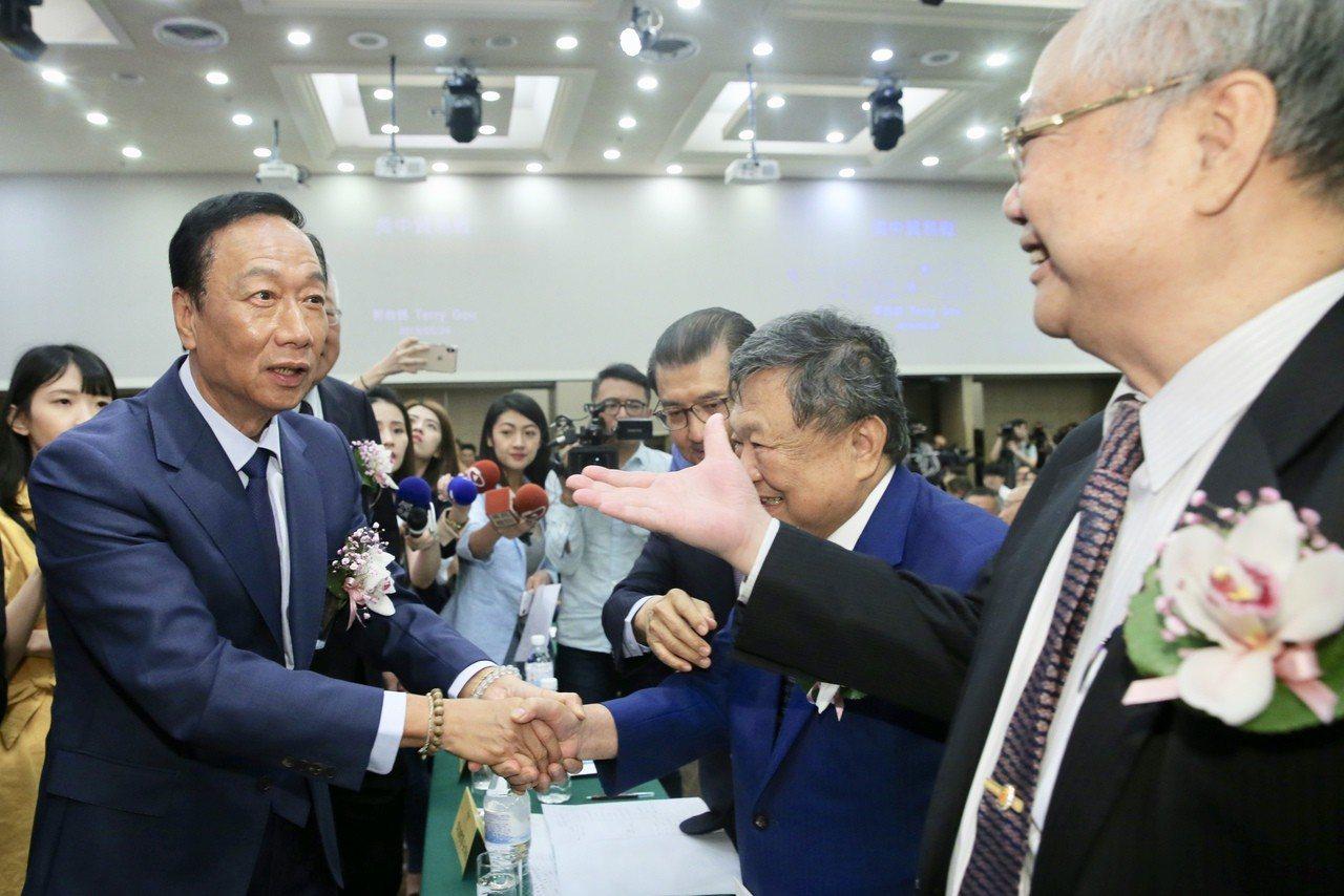 台灣區電電公會會員大會在台北福華飯店舉行,鴻海董事長郭台銘(左)與出席會員握手致...