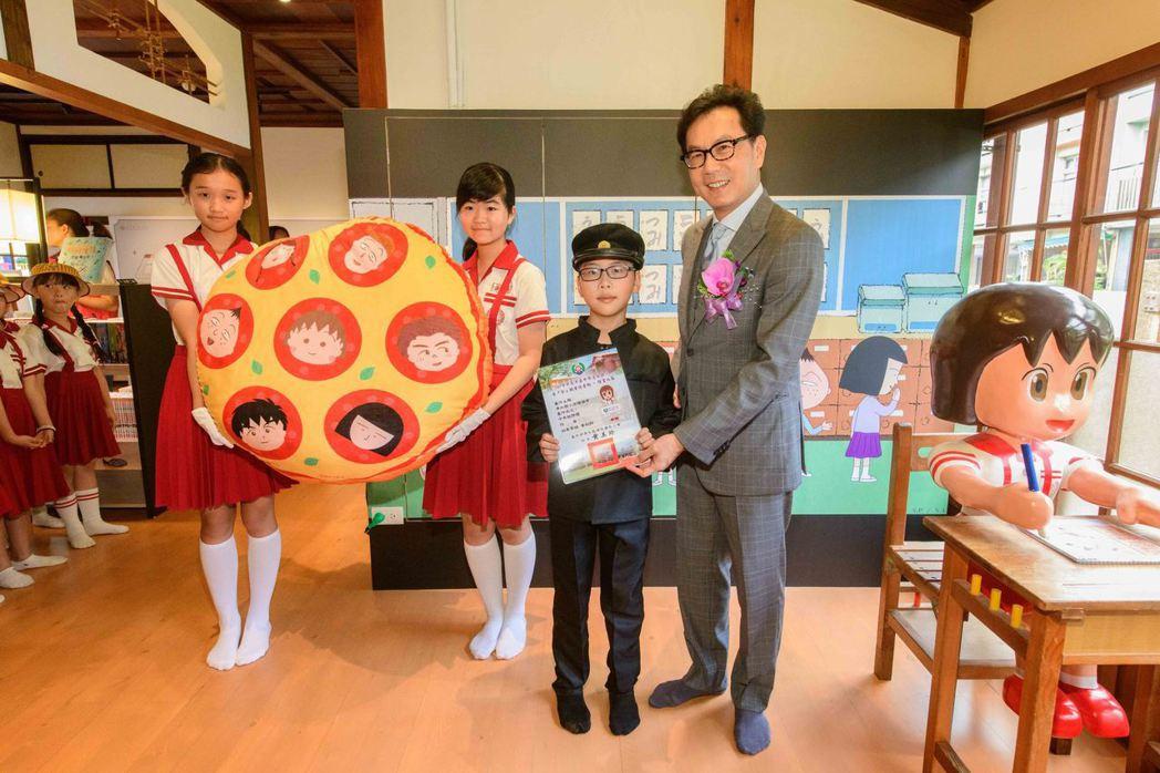 富邦集團董事長蔡明忠頒獎予清水國小藝文園區寫生比賽得獎學生。富邦/提供