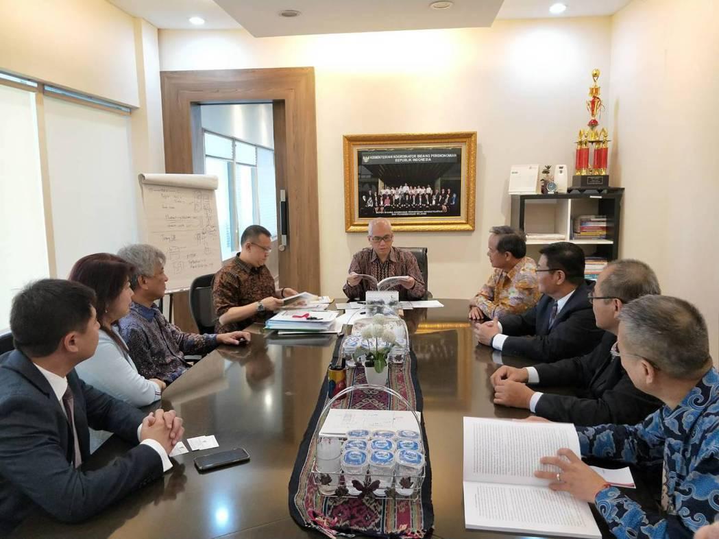 印尼政府經濟統籌部副部長Dr. Ir. Wahyu Utomo(中)翻閱台商經貿...