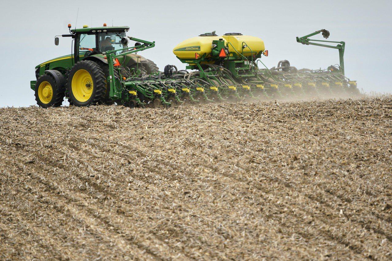 川普在白宮說:「農民受到中國的衝擊,我們將協助農民並提供他們公平競爭的環境。」圖...