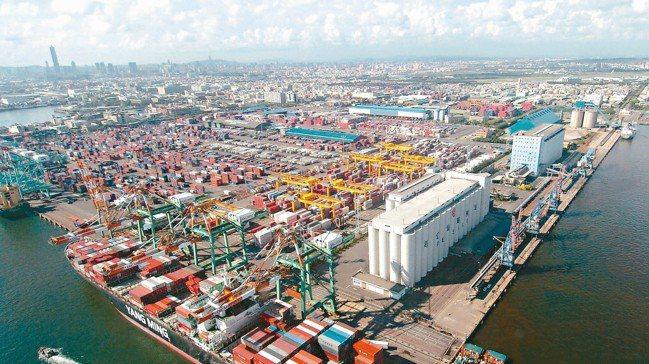 台灣製造業過去十幾年來,企業不斷研發創新,提升產品附加價值高雄港。 本報資料照片