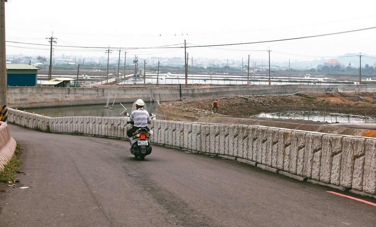 高雄彌陀區目前現有的上千座魚塭,若要興建機場須全部移除改為跑道,工程浩大。 記者...