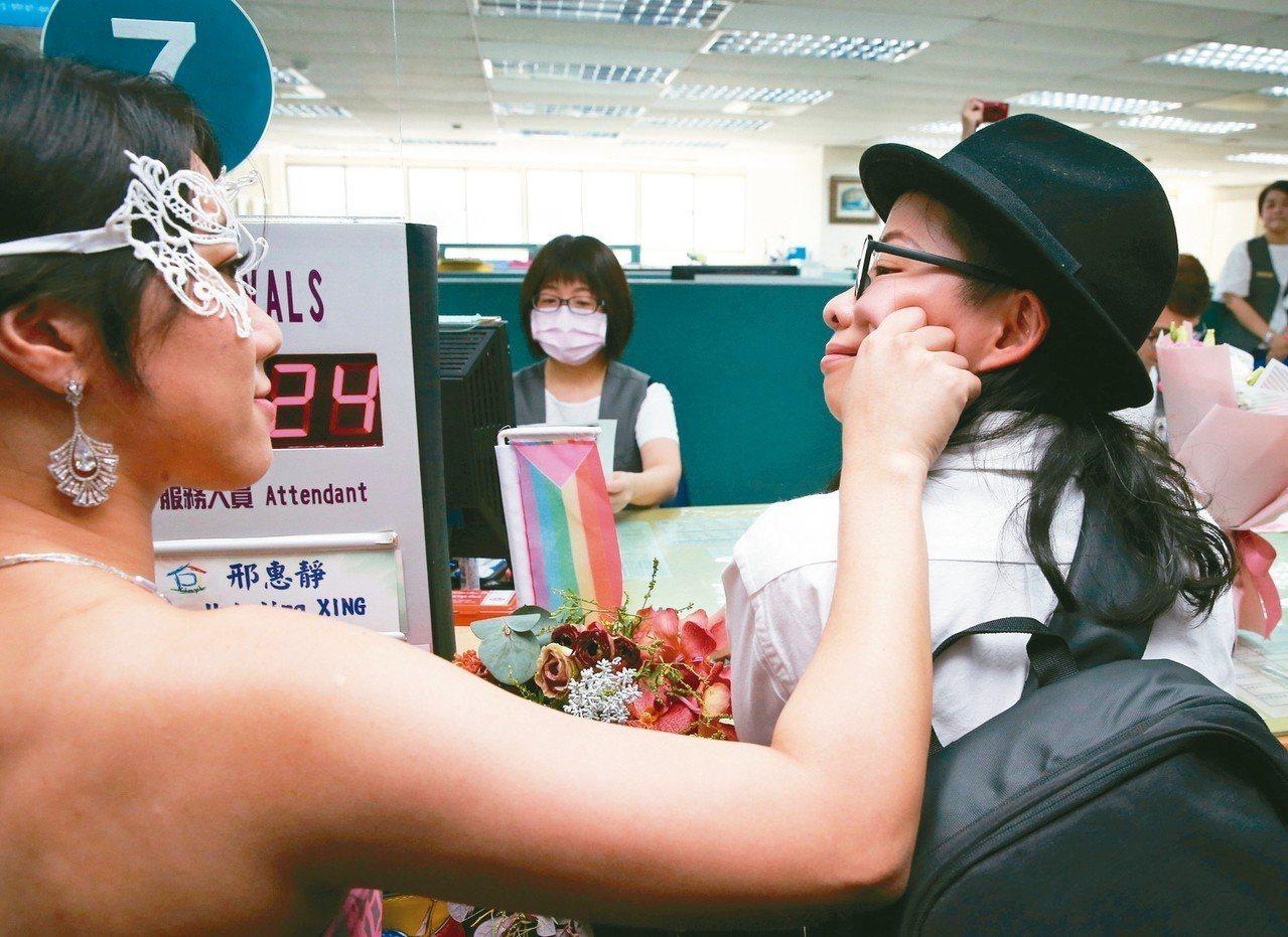 今天是台灣開放同婚登記第一天,插畫家厭世姬(左)和劇作家簡莉穎(右),今天到台北...