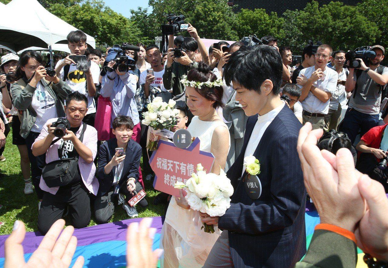 今天台灣開放同婚登記,加拿大經貿辦事處、歐盟經貿辦事處、北市府為給同性伴侶的祝福...