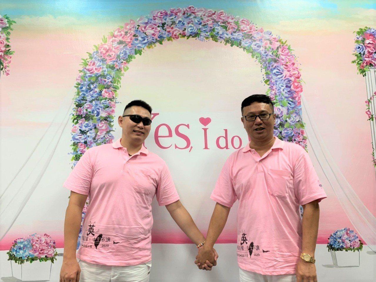 等了17年,謝佳霖(右)終於和另一半Gary(左)完成結婚登記。 聯合報記者翁禎...